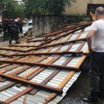 Târgu-Jiu: Mașini, avariate după furtună. Acoperișul, construit LEGA