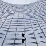 """""""Omul Păianjen"""" francez, arestat în Germania, după ce a escaladat un zgârie-nori de 42 de etaje în doar 20 de minute"""