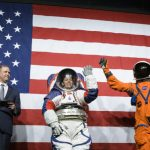 NASA a prezentat noile costume spaţiale ce vor fi folosite de astronauţi la următoarea misiune pe Lună