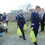 10:35 Poliţiştii gorjeni, daruri pentru o familie din Turcineşti