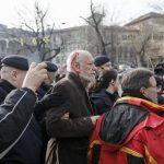 14:49 Gelu Voican Voiculescu, AGRESAT în Piața Universității. A plecat cu capul SPART! VIDEO