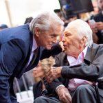 Kirk Douglas a împlinit 103 ani, devenind astfel cel mai longeviv actor din istorie. Cum şi-a sărbătorit aniversarea