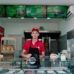 09:02 Hamburgeri GRATIS pentru oamenii străzii din Târgu-Jiu