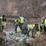 Camioane de gunoaie scoase din râul Motru