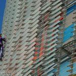 ''Spidermanul francez'' a escaladat un zgârie-nori din Barcelona pentru a denunţa frica de noul coronavirus