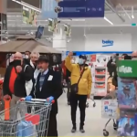 """10:11 Clienții unui supermarket din Piatra Neamț au cântat """"Hristos a Înviat"""" în timp ce stăteau la coadă"""
