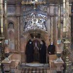 14:03 Lumina Sfântă s-a aprins la Biserica Sfântului Mormânt din Ierusalim