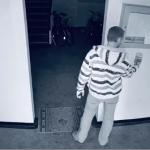 15:06 Tânăr filmat când gustă dezinfectant şi fură recipientul