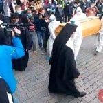06:15 Zeci de oameni, la slujba de depunere a sicriului ÎPS Pimen, la Suceava. VIDEO