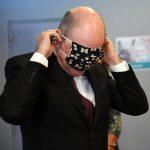 Imagini virale cu vicepremierul Belgiei încercând să-şi pună o mască
