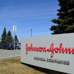 """Johnson & Johnson a suspendat studiile clinice pentru vaccinul împotriva Covid-19. Un participant a dezvoltat o boală """"inexplicabilă"""""""