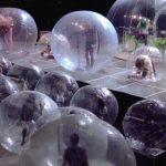 Artişti şi spectatori, băgaţi în bule de plastic la un concert rock