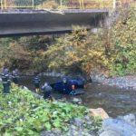 10:39 Doi tineri spanioli s-au răsturnat cu mașina în albia pârâului Cărbune