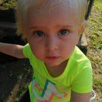 09:03 Fetiță de 2 ani din Săcelu, SALVATĂ după ce s-a înecat în piscină