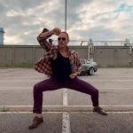 Jean-Claude Van Damme dansează într-un videoclip muzical nou