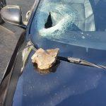 De groază! O piatră căzută de pe versant i-a spart parbrizul și i-a rănit soția