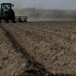 08:02 Tinerii fermieri pot primi în concesiune 50 de hectare de teren de la stat