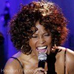 Whitney Houston, primul artist de culoare care obţine trei discuri de diamant
