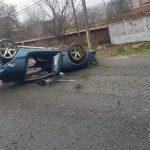 15:59 Accident la Copăcioasa. S-a răsturnat cu mașina după ce a lovit un cap de pod