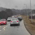 17:07 Coadă mare de mașini la urcarea în Rânca