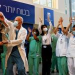 07:14 Imagini virale. Medicii israelieni au sărbătorit primirea primului lot de vaccin anti-Covid