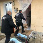 Poliţiştii locali din Târgu-Jiu i-au dus alimente femeii care-şi îngrijeşte fiica cu handicap