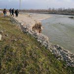 14:39 Firmă amendată cu 30.000 de lei. Exploata ilegal agregate din Jiu, în zona Bălești