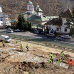 """Lucrări de amploare lângă Mănăstirea Lainici. """"Drumul va fi deviat 180 de metri"""""""