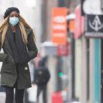 07:29 Americanii vaccinați nu mai trebuie să poarte măști în aer liber