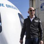 Miliardarul Jeff Bezos va merge în spațiu luna viitoare