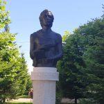Bustul lui Mihai Eminescu, amplasat în centrul Târgu-Jiului. Romanescu: Reparăm nedreptatea făcută sculptorului Paul Popescu