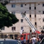 13:39 Târgu-Jiu: Incendiu la acoperișul unui bloc din strada 9 Mai