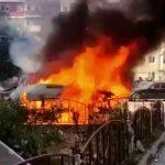 14:42 Explozie la o dubiţă în Râmnicu Vâlcea. 17 maşini avariate, una distrusă; geamuri sparte la apartamente din 3 blocuri