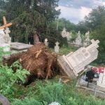 08:12 Cruci distruse în cimitirul de la Stănești, în urma furtunii