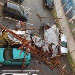 Avertizare meteo COD ROŞU în Târgu-Jiu. Acoperiş căzut peste maşini